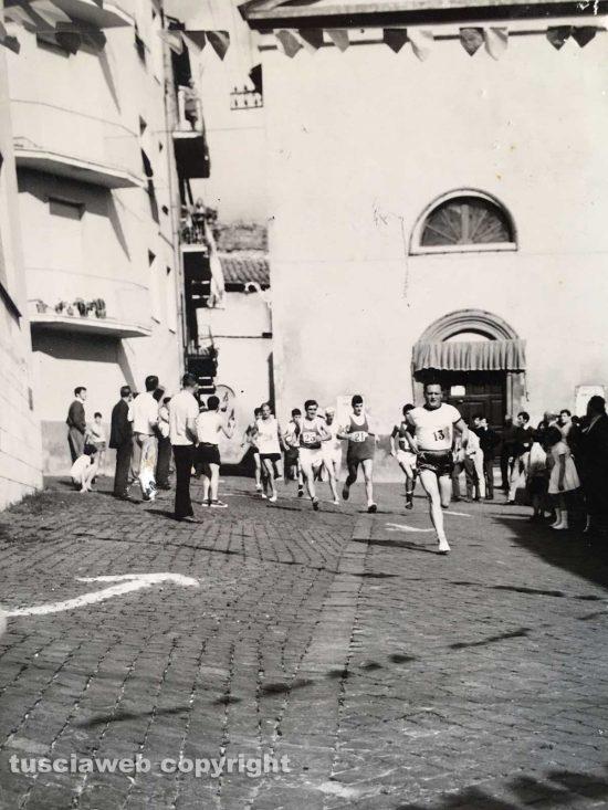 Fine anni '50 - Viterbo - Corsa podistica davanti alla Casa del Catechismo di San Leonardo