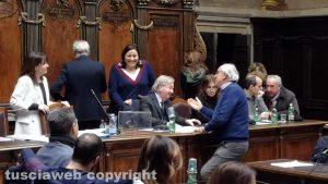 Viterbo - Consiglio comunale - L'assessore Barbieri con Ricci