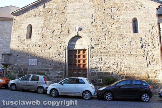 Viterbo - Macchine davanti alla chiesa di Santa Maria Nuova