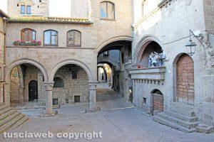 Viterbo - Piazza San Pellegrino e palazzo degli Alessandri