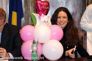 Viterbo - Consiglio comunale - L'assessora Antonella Sberna con il regalo per la figlia
