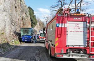 L'autobus contro il costone di roccia - Sul posto vigili del fuoco, carabinieri, polizia e 118