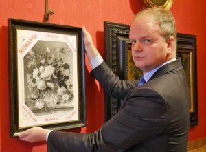 Uffizi - Il direttore Schmidt con la copia del quadro rubato dai nazisti