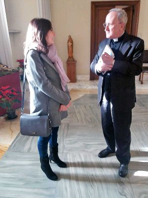 Città del Vaticano - L'assessora di Montalto di Castro Silvia Nardi con monsignor Giuseppe Sciacca