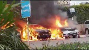 Nairobi, auto in fiamme