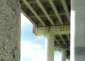 Pilone del viadotto che si sgretola sulla E45