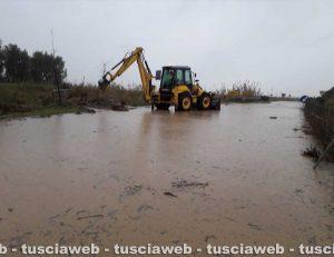 Tarquinia, escavatore della protezione civile comunale in azione sulla strada Vecchia Aurelia