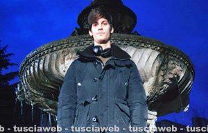 Viterbo - Lorenzo Tano, figlio di Rocco Siffredi, sulla fontana di piazza del Gesù