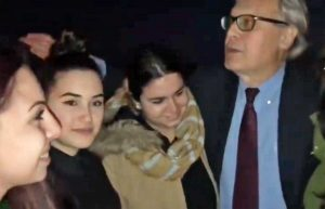 Vittorio Sgarbi soccorre quattro ragazze rimaste senza benzina