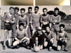 Foto di gruppo di alcuni giocatori di una squadra di calcio