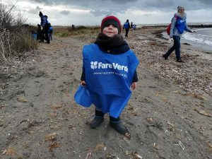 Niccolò - 2 anni e mezzo - pulisce la spiaggia di San Giorgio