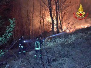 Varese - Incendio - Vigili del fuoco al lavoro
