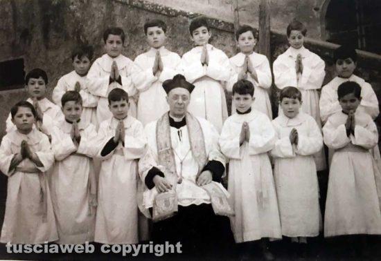 Gruppo di chierichetti insieme a don Alceste Grandori