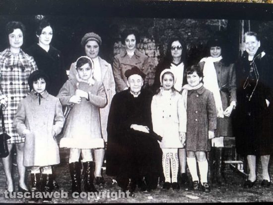 Viterbo - 1960 circa - Don Alceste Grandori, la signorina Annetta e altre