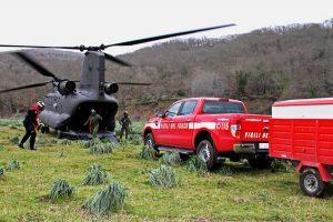 L'elicottero dell'esercito e i vigili del fuoco