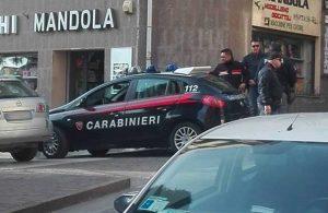 Viterbo - L'intervento di carabinieri e polizia in via Cairoli