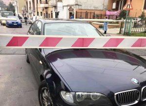 Civita Castellana - L'auto bloccata al passaggio a livello