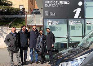 L'assessore De Carolis con Rotelli di fronte all'ufficio turistico