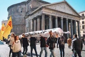 Roma - Maxi spinello davanti a Montecitorio per il flashmob dei Radicali