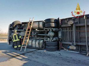 Civitavecchia - Autoarticolato si ribalta sull'Aurelia - Intervento dei vigili del fuoco