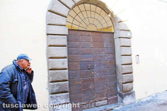 Viterbo - L'ingresso degli alloggi popolari in via dei Pellegrini