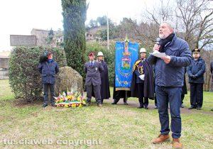 Viterbo - La deposizione della corona di fiori al monumento dedicato ai martiri delle foibe