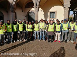 Viterbo - Migranti a pulire la città