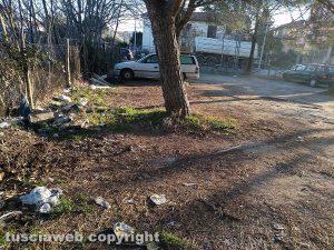 Viterbo - Rifiuti nel parcheggio sterrato sulla Teverina