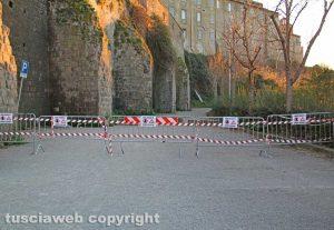 Viterbo - L'area transennata nel parcheggio di via Sant'Antonio