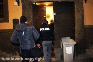 Viterbo - La polizia durante i controlli delle telecamere in piazza Sallupara