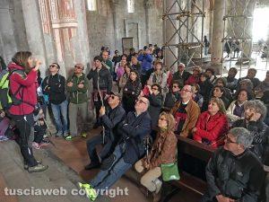 La guida Anna Rita Properzi dentro la basilica di Tuscania