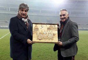 Mario Fabbri consegna al direttore generale Antonio Comi la scultura dedicata al Torino