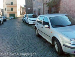 Viterbo - Pianoscarano - Macchine sui marciapiedi