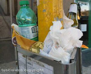 Viterbo - Via Francesco Baracca - Palo della fermata degli autobus usato come secchio