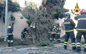 Roma - Intervento dei vigili del fuoco per le forti raffiche di vento