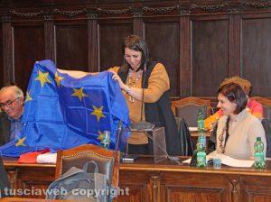 Viterbo - Consiglio comunale - Luisa Ciambella con la bandiera europea