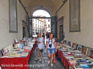 Viterbo - Paperonly sotto i portici di palazzo dei Priori