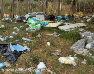 Viterbo - Abbandono e sporcizia al parcheggio sterrato sulla Teverina