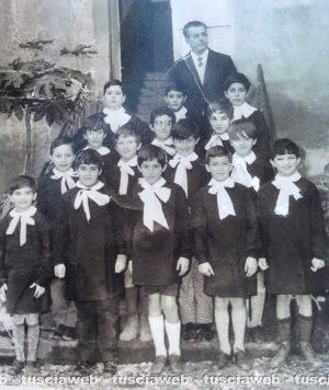Viterbo - Anno 1967 circa - Il maestro Carlo Spolverini con la sua classe