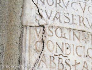 Viterbo - L'epigrafe danneggiata al vicolo dei Pellegrini
