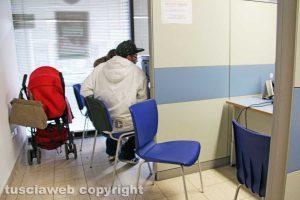 Viterbo - Persone che stanno facendo richiesta del reddito di cittadinanza