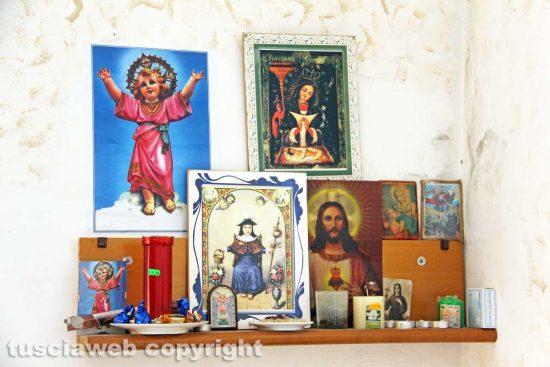 Viterbo - Il piccolo altare in casa di Gustavo e Mariela