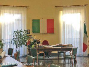 Viterbo - La bandiera italiana alle spalle della dirigente scolastica