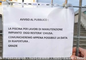 Viterbo - Il cartello fuori dalla piscina comunale