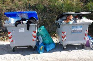 Viterbo - I sacchi di immondizia raccolti nei pressi dell'ospedale