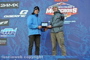 Sport - Motori - Motocross - Alessandro Castellani consegna la targa di Tusciaweb ad Alessandro Lupino