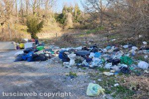 Viterbo - Rifiuti lungo strada Montefogliano