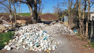 Scoperta discarica di rifiuti speciali a ridosso del Tevere