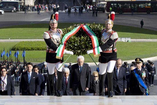 Il presidente Mattarella all'altare della patria