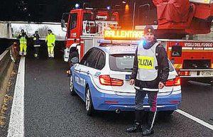 Un intervento della polizia e dei vigili del fuoco sulla Superstrada